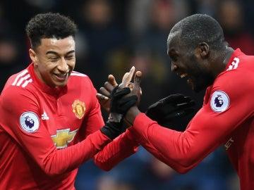 Lingard celebra un gol con Lukaku