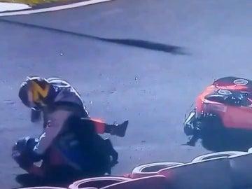 Dos pilotos de kart, en plena lucha