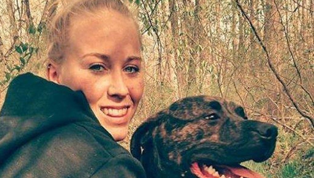 Bethany Lynn Stephens junto a uno de sus perros