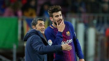 Valverde dialoga con Piqué durante el partido contra el Deportivo