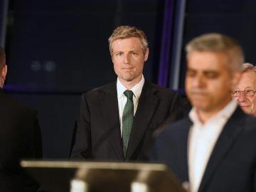 El líder del grupo xenófobo Britain First, Paul Golding (centro)