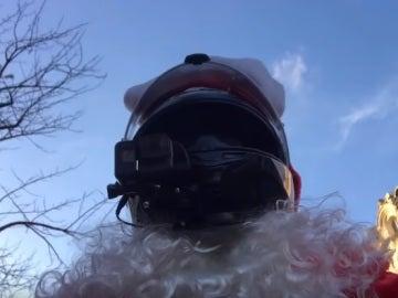El motorista vestido de Papá Noel que persigue a una conductora