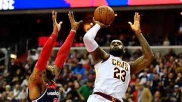 LeBron James lanza a canasta ante los Wizards