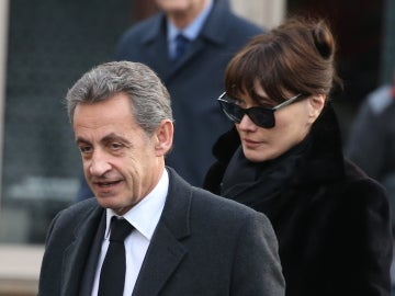 Nicolas Sarkozy y Carla Bruni en el funeral de la madre de él