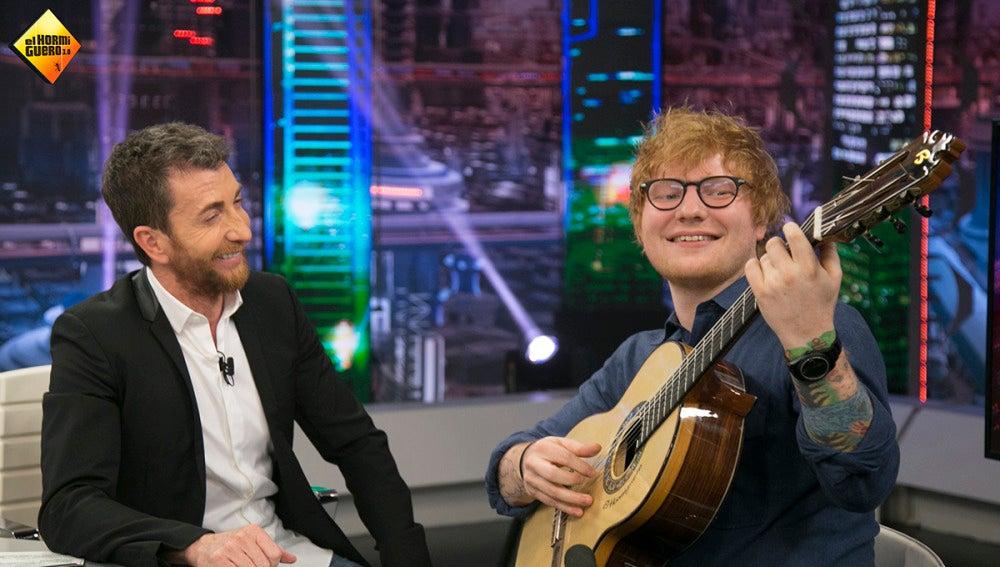 Pablo Motos regala a Ed Sheeran una guitarra española en 'El Hormiguero 3.0'