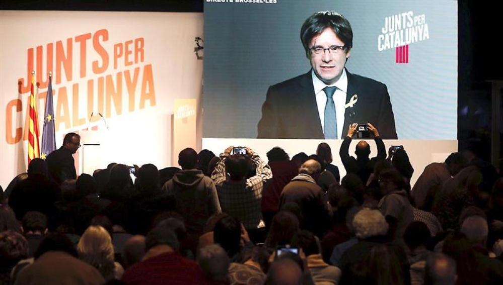Carles Puigdemont interviene a través de videoconferencia en un mitin