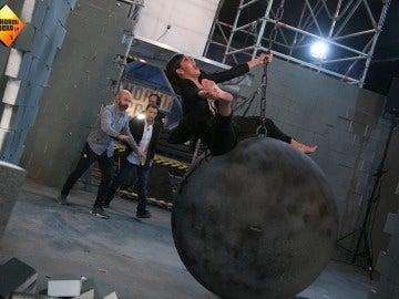 Cristina Pedroche, a lo Miley Cyrus con su 'Wrecking Ball' en 'El Hormiguero 3.0'