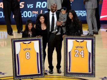 Kobe Bryant junto a su familia en el homenaje en el Staples
