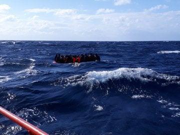 Imagen de archivo de una patera rescatada en el mar de Alborán