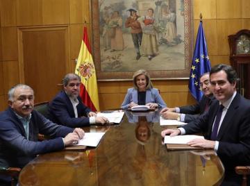 Báñez se reúne con sindicatos y organizaciones empresariales