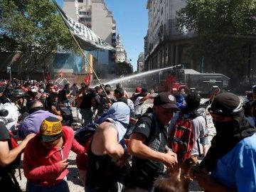 Manifestantes se enfrentan a integrantes de la Policía Federal