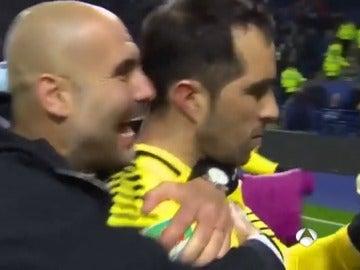La indiferencia de Claudio Bravo ante el efusivo abrazo de Pep Guardiola