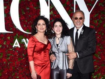 Emily Estefan junto a sus padres