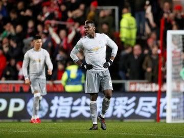 Pogba y los jugadores del United, tras recibir un gol en contra