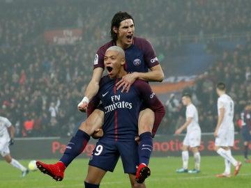 Cavani y Mbappé festejan uno de los goles del PSG