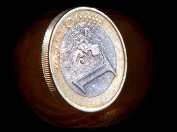 La justicia europea avala la multa por los datos del déficit valenciano Imagen de una moneda de un euro