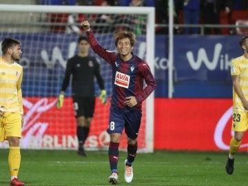 Inui celebra uno de sus goles con el Eibar