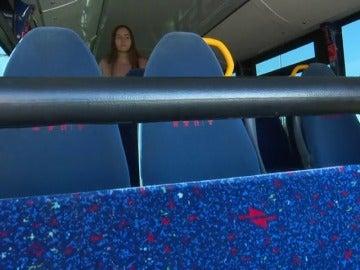 Buscan a la pasajera que derramó en un autobús el líquido que quemó a dos jóvenes