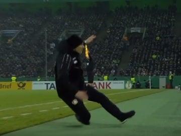 Piscinazo de Heiko Herrlich, entrenador del Bayer Leverkusen