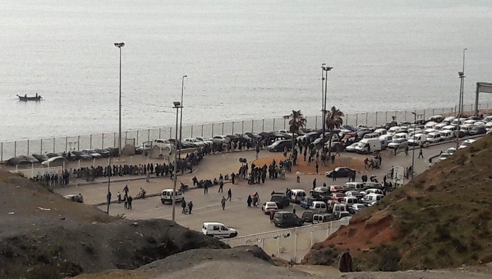 Cola en el paso fronterizo de Ceuta