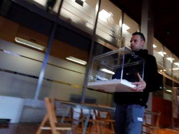 Un operario traslada una urna en el Ayuntamiento de Barcelona