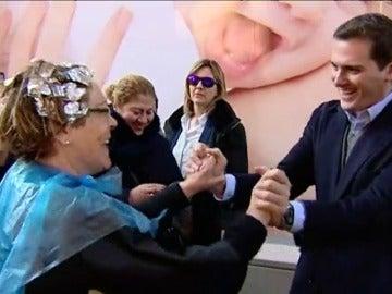 La mujer que interrumpe su tinte en la peluquería para saludar a Rivera entre las anécdotas de la jornada