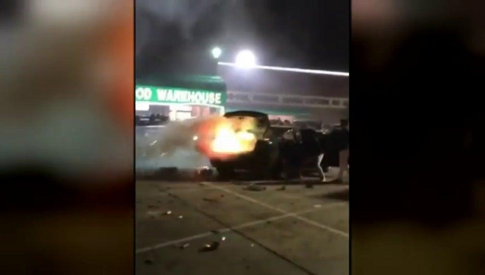 Gran explosión de un coche cargado con 600 kilos de petardos para celebrar el Año Nuevo