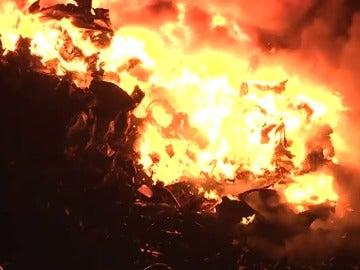Gran incendio en las instalaciones de una empresa de desguaces de una parroquia de Gijón