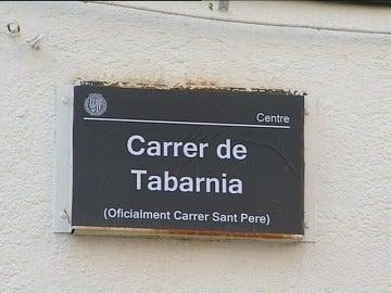 """Cambian los nombres de alguna calle de Badalona por pegatinas con el lema de """"Tabarnia"""""""