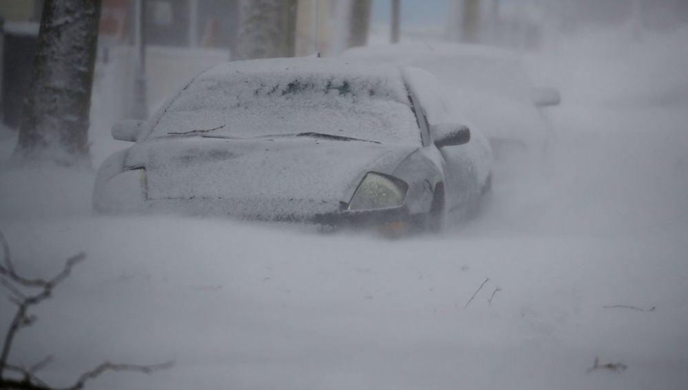 Un coche en Long Island (Nueva York) cubierto por la nieve