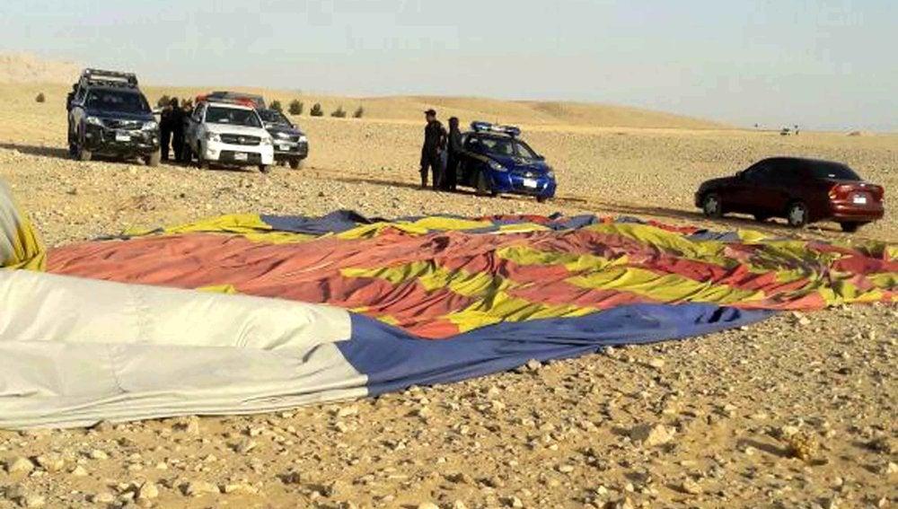 Agentes en el lugar donde se estrelló un globo aerostático en Luxor, Egipto