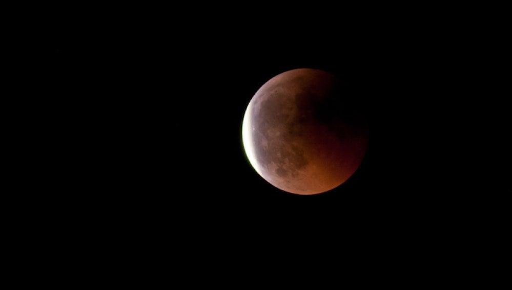 La Luna toma tonos rojizos durante los eclipses, por eso se le denomina luna de sangre