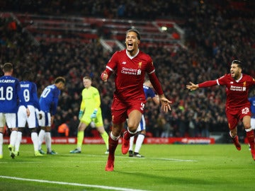 Van Dijk celebra su primer gol como jugador del Liverpool