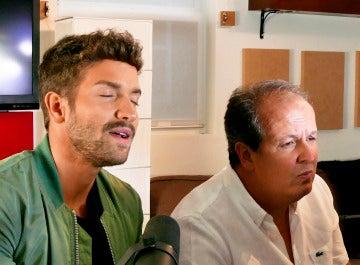Pablo Alborán canta 'Prometo' acompañado de su productor Julio Reyes al piano