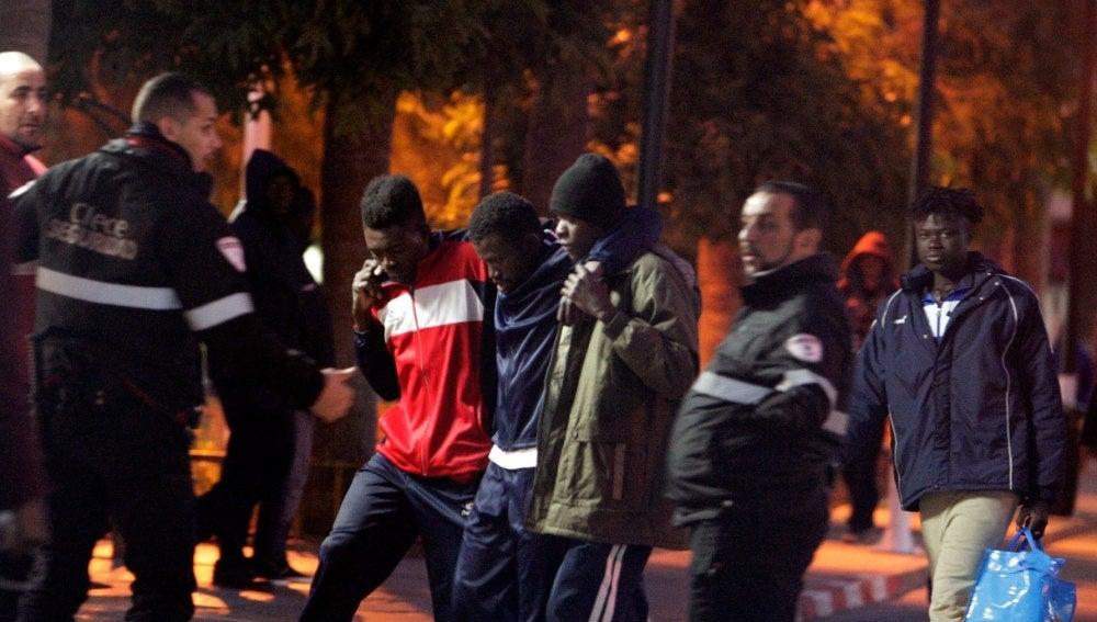 Más de 300 inmigrantes intentan saltar la valla de Melilla y 209 lo logran