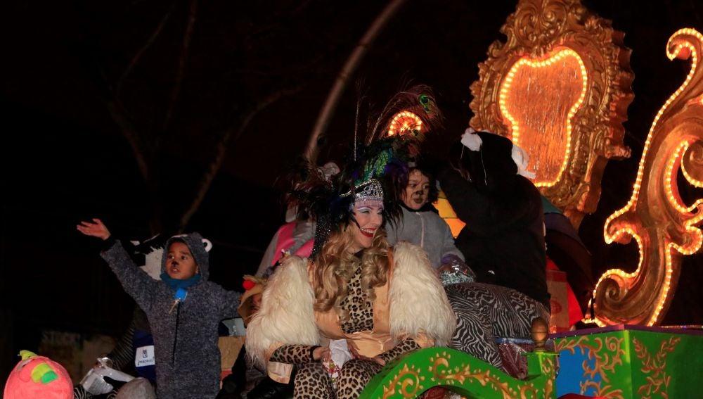 La artista Roma Calderón en la carroza del Orgullo Vallecano durante la cabalgata de Reyes que recorre Vallecas