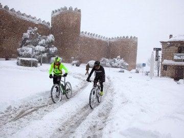 La nieve aisla por carretera las ciudades de Ávila y Madrid