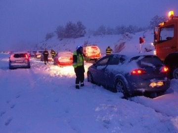 Coches atrapados por la nieve en la AP6