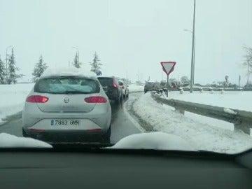 """Indignación de la gente atrapada en sus coches por la nevada: """"Sin gasolina y sin comida. Horas atrapados. ¿Pagar peaje para eso?"""""""