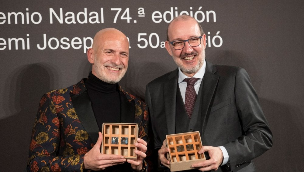 Alejandro Palomas (izquierda) posa con su premio Nadal junto a Antoni Bassas, ganador del Premio Josep Pla