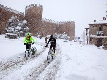 Ciclistas ante la muralla de Ávila