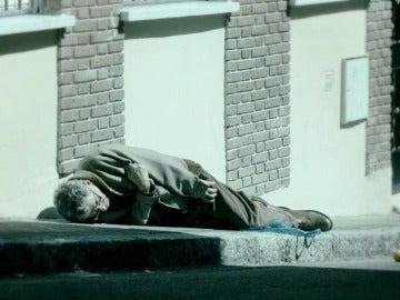 El padre de Miguel sufre un infarto y se desploma en plena calle