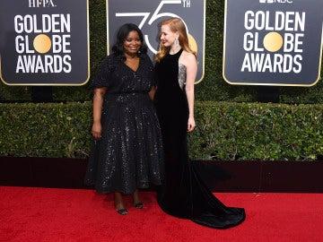 Octavia Spencer y Jessica Chastain en la alfombra roja de los Globos de Oro 2018