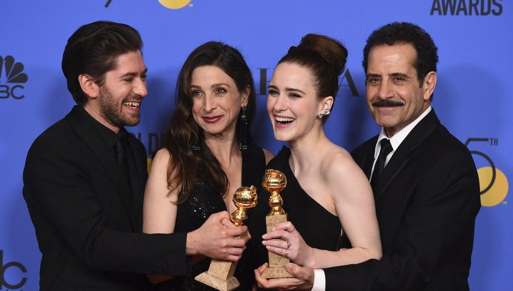 El equipo de 'The Marvelous Mrs. Maisel' con su premio a la mejor comedia