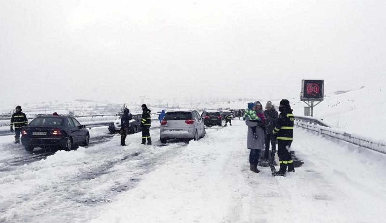 Miembros de la UME ayudan a desbloquear coches atrapados por la nieve