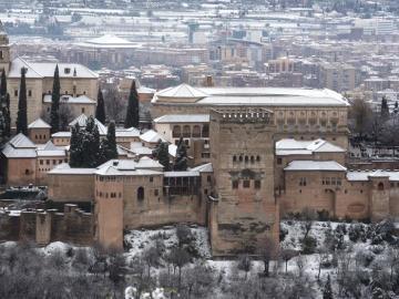 Vista general de la Alhambra de Granada nevada