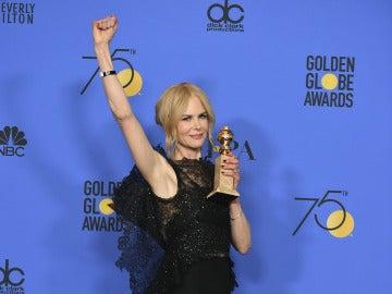 Nicole Kidman posa con su premio por 'Big Little Lies'