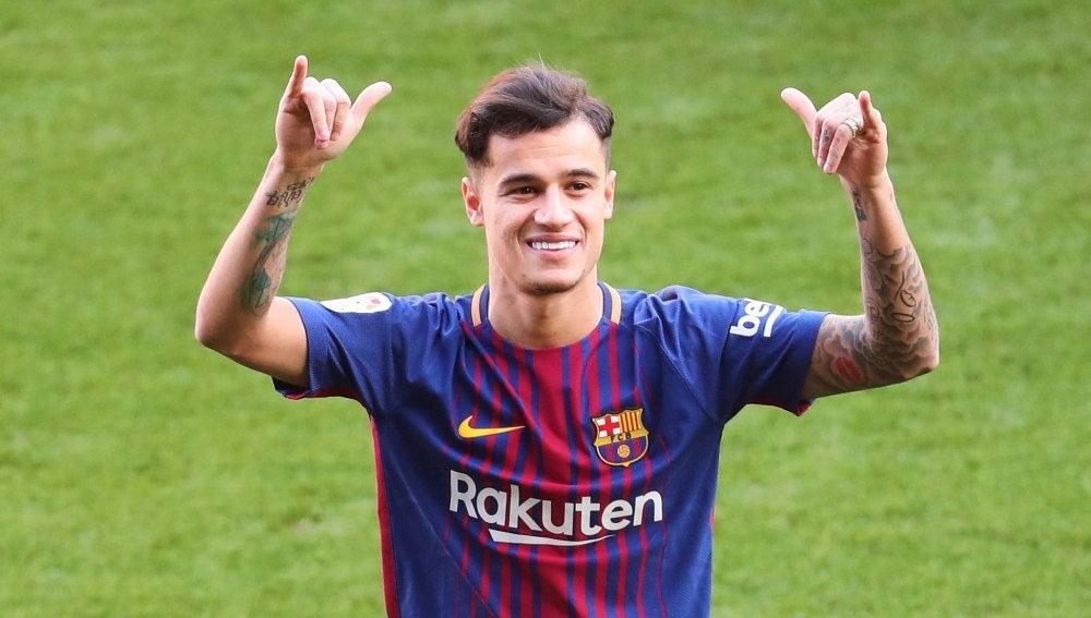Philippe Coutinho posa sonriente en su presentación con el Barça
