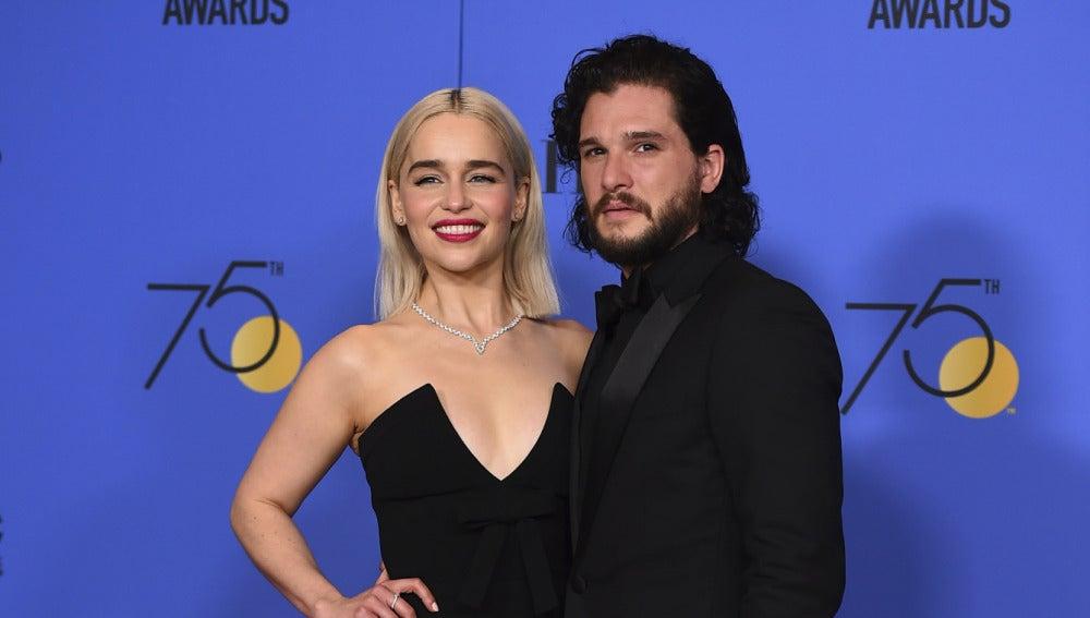 Emilia Clarke y Kit Harington en los Globos de Oro