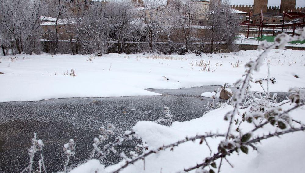Río Adaja congelado a su paso por Ávila